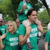 Джим Керри и Дженни Маккарти на марше Green Our Vaccine